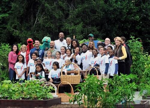 Bà Hillary hứa sẽ chăm sóc vườn rau của nhà Obama nếu đắc cử - ảnh 7