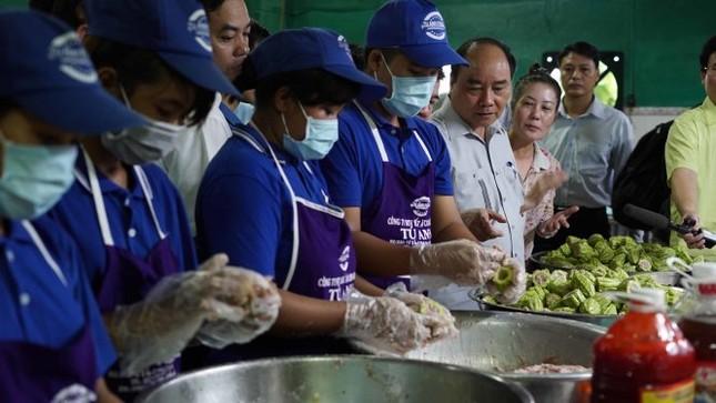 Thủ tướng Nguyễn Xuân Phúc kiểm tra đột xuất suất ăn công nhân - ảnh 1