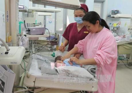 Cứu sống cặp song sinh dưới 30 tuần tuổi bị suy hô hấp nặng - ảnh 1