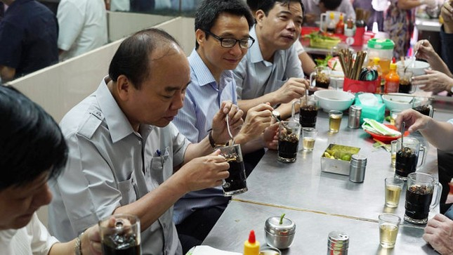 Thủ tướng Nguyễn Xuân Phúc kiểm tra đột xuất suất ăn công nhân - ảnh 4