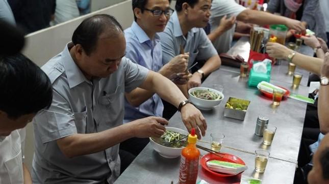 Thủ tướng Nguyễn Xuân Phúc kiểm tra đột xuất suất ăn công nhân - ảnh 3