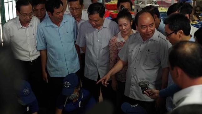 Thủ tướng Nguyễn Xuân Phúc kiểm tra đột xuất suất ăn công nhân - ảnh 2