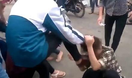 Trẻ bị bạo hành, làm nhục trên mạng: Cần xử lý cả người quay, phát tán clip - ảnh 1