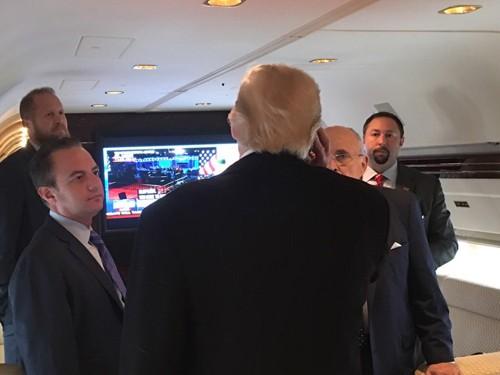 Ngày chủ nhật bão tố của Donald Trump - ảnh 2