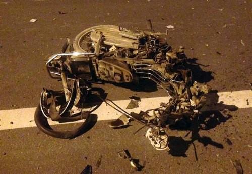Đấu đầu với ôtô, xe máy chở 3 nát vụn trên đại lộ Thăng Long - ảnh 1