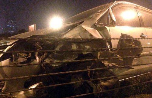 Đấu đầu với ôtô, xe máy chở 3 nát vụn trên đại lộ Thăng Long - ảnh 2