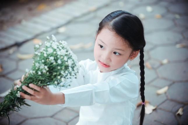 Bé gái mặc áo dài chụp ảnh cùng cúc họa mi - ảnh 7
