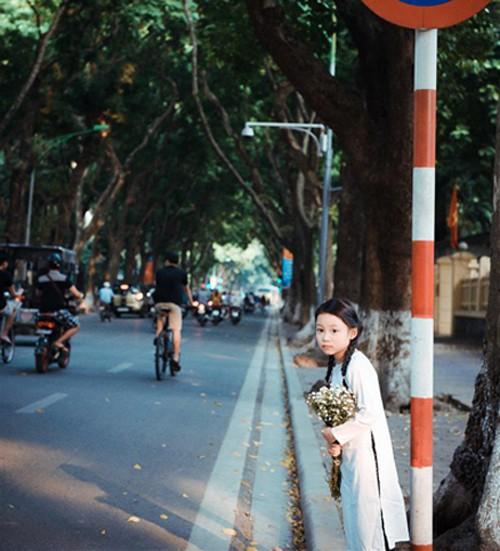 Bé gái mặc áo dài chụp ảnh cùng cúc họa mi - ảnh 2