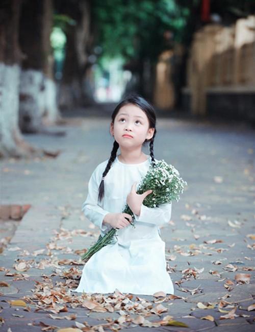 Bé gái mặc áo dài chụp ảnh cùng cúc họa mi - ảnh 3