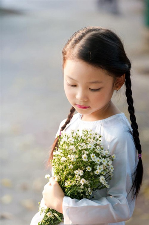 Bé gái mặc áo dài chụp ảnh cùng cúc họa mi - ảnh 5