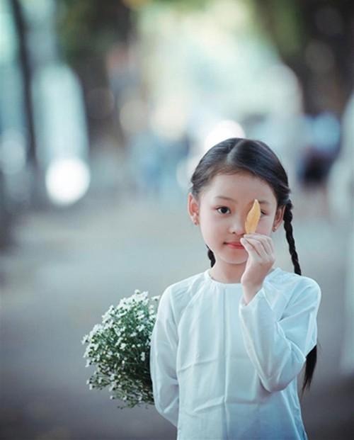 Bé gái mặc áo dài chụp ảnh cùng cúc họa mi - ảnh 6