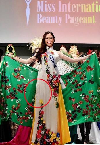 Người đẹp Việt mặc áo dài 'nhăn nhúm, quê mùa' thi Hoa hậu Quốc tế - ảnh 1