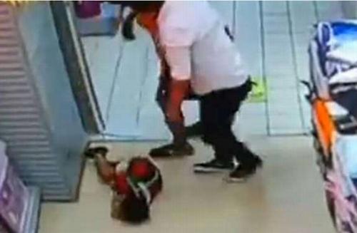 Bé trai tử vong thương tâm vì bị bố ngã đè lên người - ảnh 2