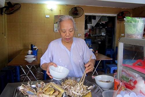Những quán ăn hơn 25 năm tuổi ở Hà Nội luôn đông khách - ảnh 7