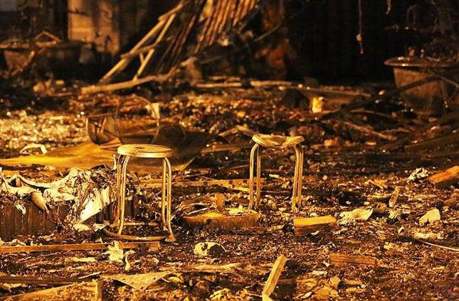 Hiện trường tan hoang sau vụ cháy quán karaoke ở Cầu Giấy - ảnh 7
