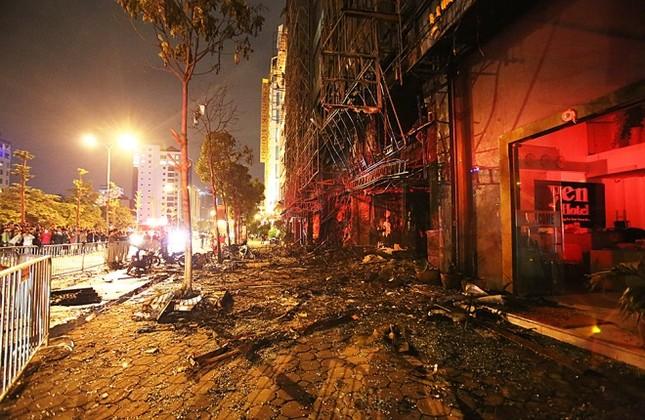 Hiện trường tan hoang sau vụ cháy quán karaoke ở Cầu Giấy - ảnh 3