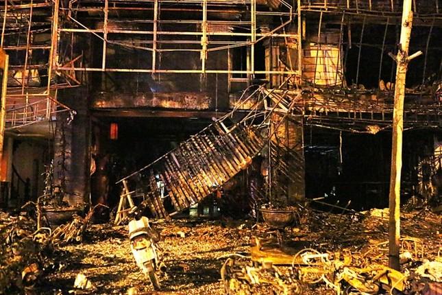 Hiện trường tan hoang sau vụ cháy quán karaoke ở Cầu Giấy - ảnh 5