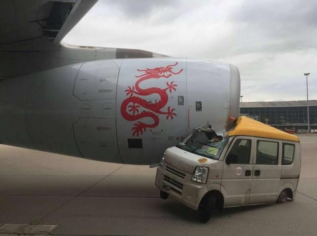 Xe tải đâm máy bay chở khách trên đường băng ở Hong Kong - ảnh 1