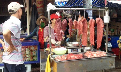 Thịt bò giá rẻ bán đầy chợ và cửa hàng online - ảnh 1