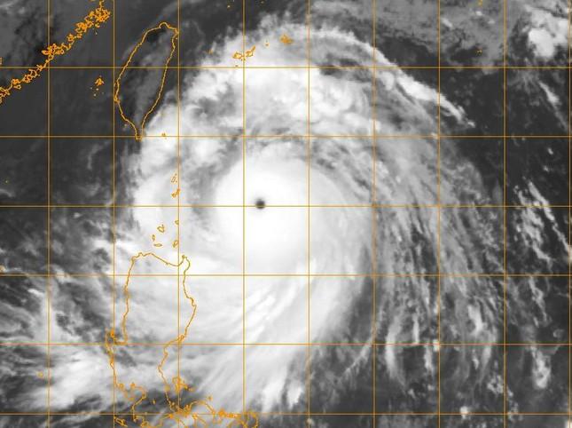 Siêu bão cấp 17 đang tiến vào Biển Đông - ảnh 1