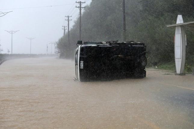 Siêu bão Meranti đổ bộ, Đài Loan tan hoang - ảnh 4