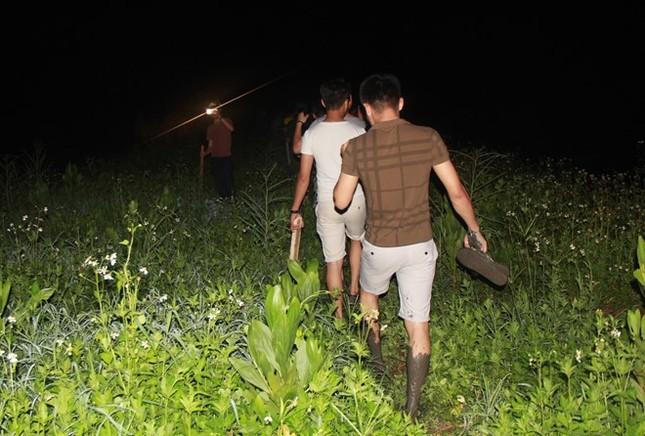 Hàng trăm người xuyên đêm truy lùng kẻ giết 4 bà cháu - ảnh 3