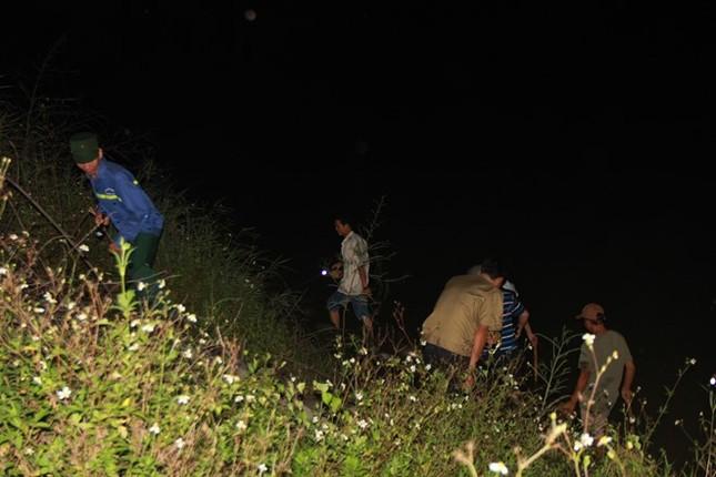 Hàng trăm người xuyên đêm truy lùng kẻ giết 4 bà cháu - ảnh 4