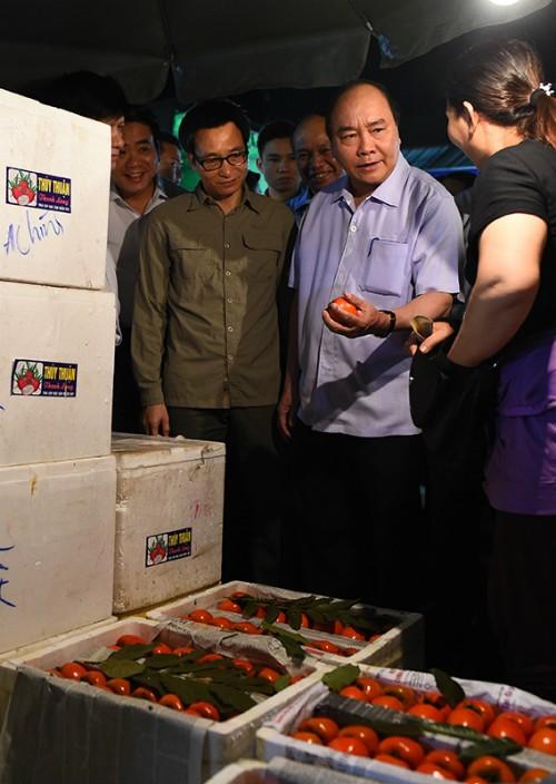 Thủ tướng đi chợ, kiểm tra rau quả - ảnh 1