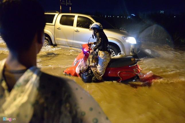 500.000 mỗi lượt đẩy ô tô qua chỗ ngập lụt - ảnh 1