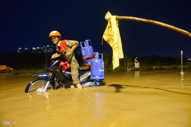500.000 mỗi lượt đẩy ô tô qua chỗ ngập lụt - ảnh 2