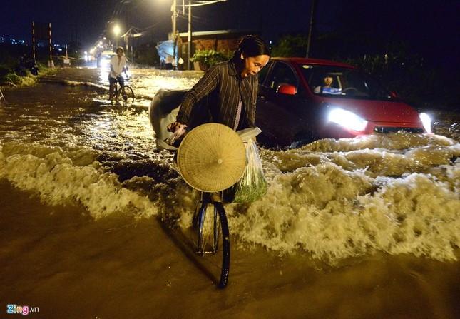 500.000 mỗi lượt đẩy ô tô qua chỗ ngập lụt - ảnh 3