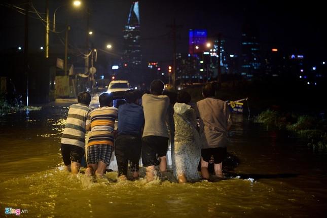 500.000 mỗi lượt đẩy ô tô qua chỗ ngập lụt - ảnh 5