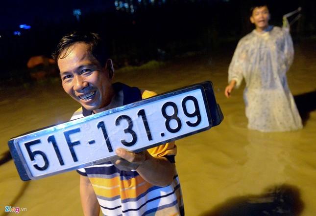 500.000 mỗi lượt đẩy ô tô qua chỗ ngập lụt - ảnh 6