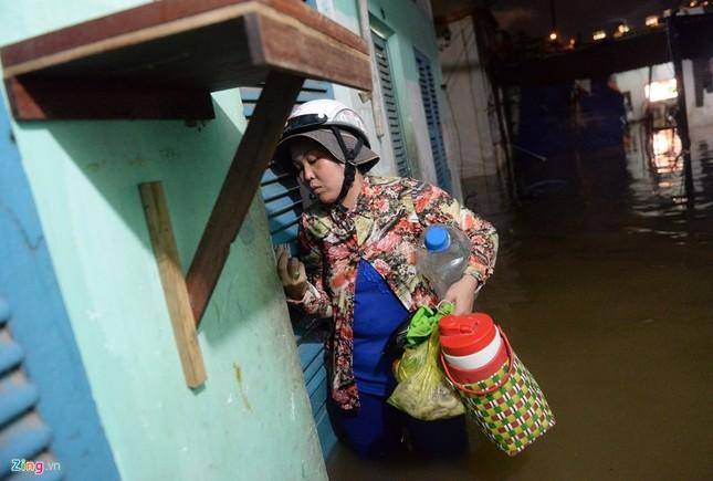 500.000 mỗi lượt đẩy ô tô qua chỗ ngập lụt - ảnh 8