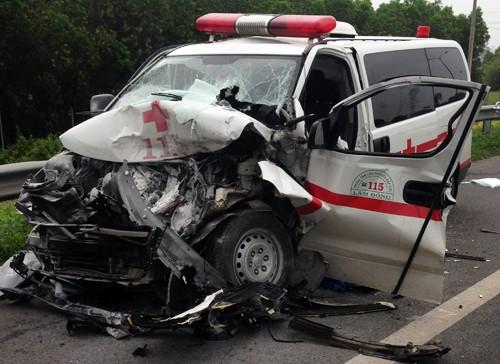Xe cấp cứu tông ôtô bồn trên cao tốc Long Thành, nhiều người gặp nạn - ảnh 1