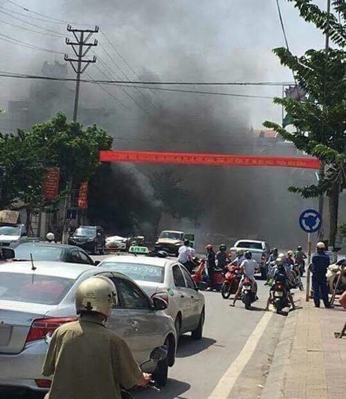 Taxi nổ tan nát trên phố, 2 người tử vong tại chỗ - ảnh 1