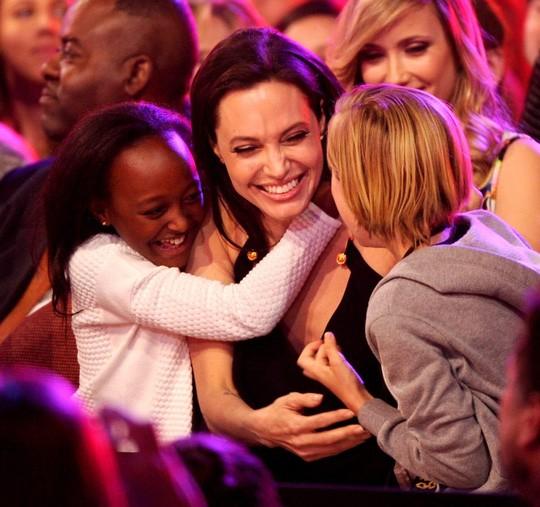 """Angelina Jolie tiếp tục """"đưa con đi trốn"""" - ảnh 12"""