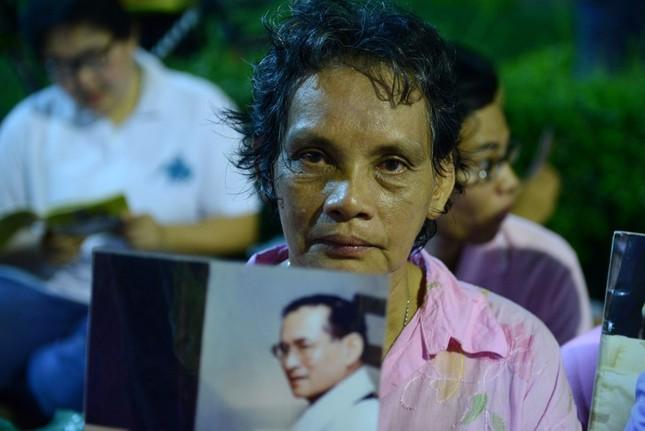 Dân Thái Lan tập trung ở bệnh viện cầu nguyện cho nhà vua - ảnh 8
