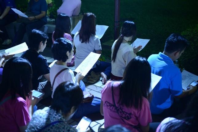 Dân Thái Lan tập trung ở bệnh viện cầu nguyện cho nhà vua - ảnh 9
