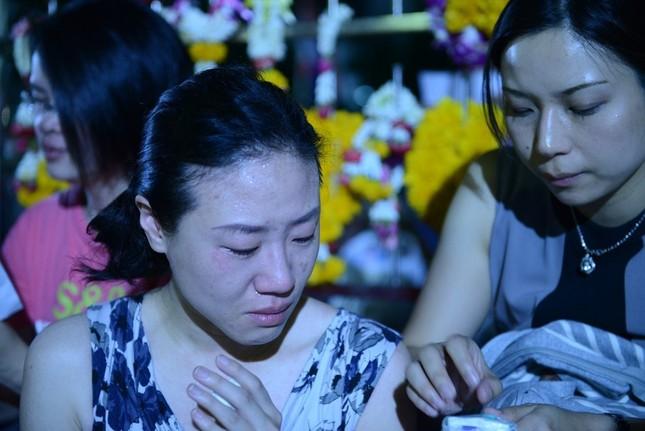 Dân Thái Lan tập trung ở bệnh viện cầu nguyện cho nhà vua - ảnh 10