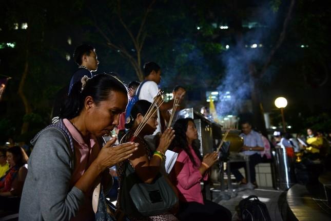 Dân Thái Lan tập trung ở bệnh viện cầu nguyện cho nhà vua - ảnh 11