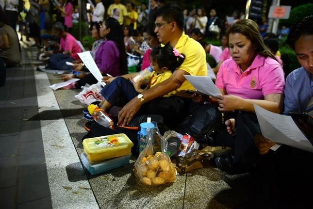Dân Thái Lan tập trung ở bệnh viện cầu nguyện cho nhà vua - ảnh 1