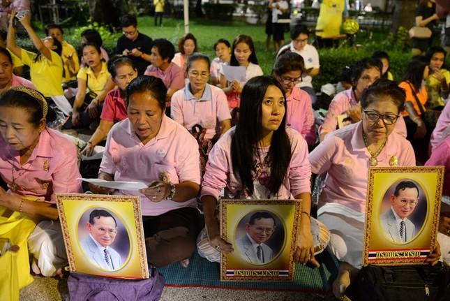 Dân Thái Lan tập trung ở bệnh viện cầu nguyện cho nhà vua - ảnh 2