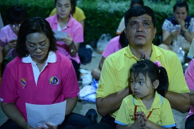 Dân Thái Lan tập trung ở bệnh viện cầu nguyện cho nhà vua - ảnh 3