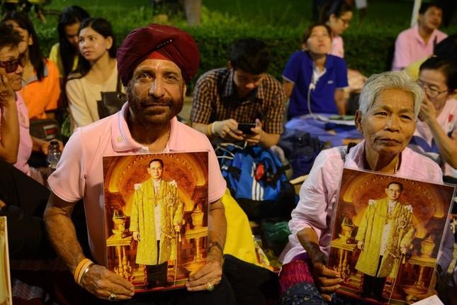 Dân Thái Lan tập trung ở bệnh viện cầu nguyện cho nhà vua - ảnh 4