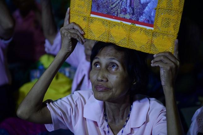 Dân Thái Lan tập trung ở bệnh viện cầu nguyện cho nhà vua - ảnh 5