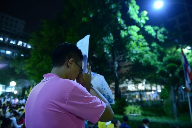 Dân Thái Lan tập trung ở bệnh viện cầu nguyện cho nhà vua - ảnh 6