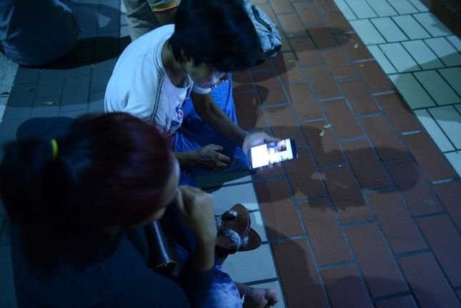 Dân Thái Lan tập trung ở bệnh viện cầu nguyện cho nhà vua - ảnh 7