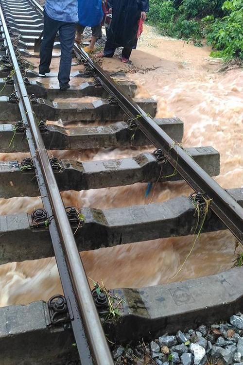 Lụt ngập nóc nhà ở Quảng Bình - ảnh 6