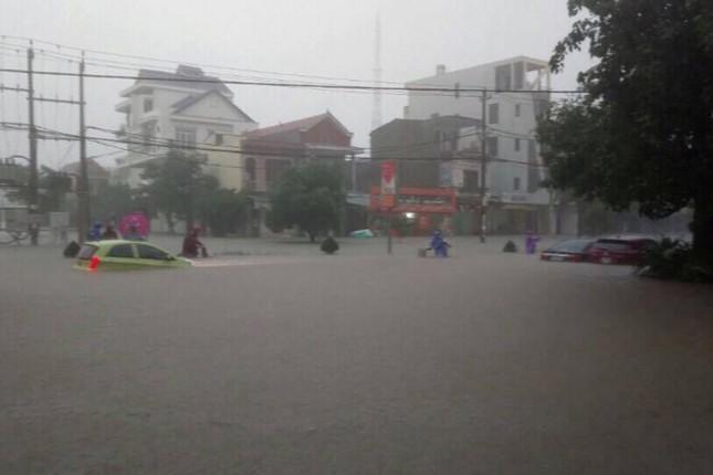 Lụt ngập nóc nhà ở Quảng Bình - ảnh 2